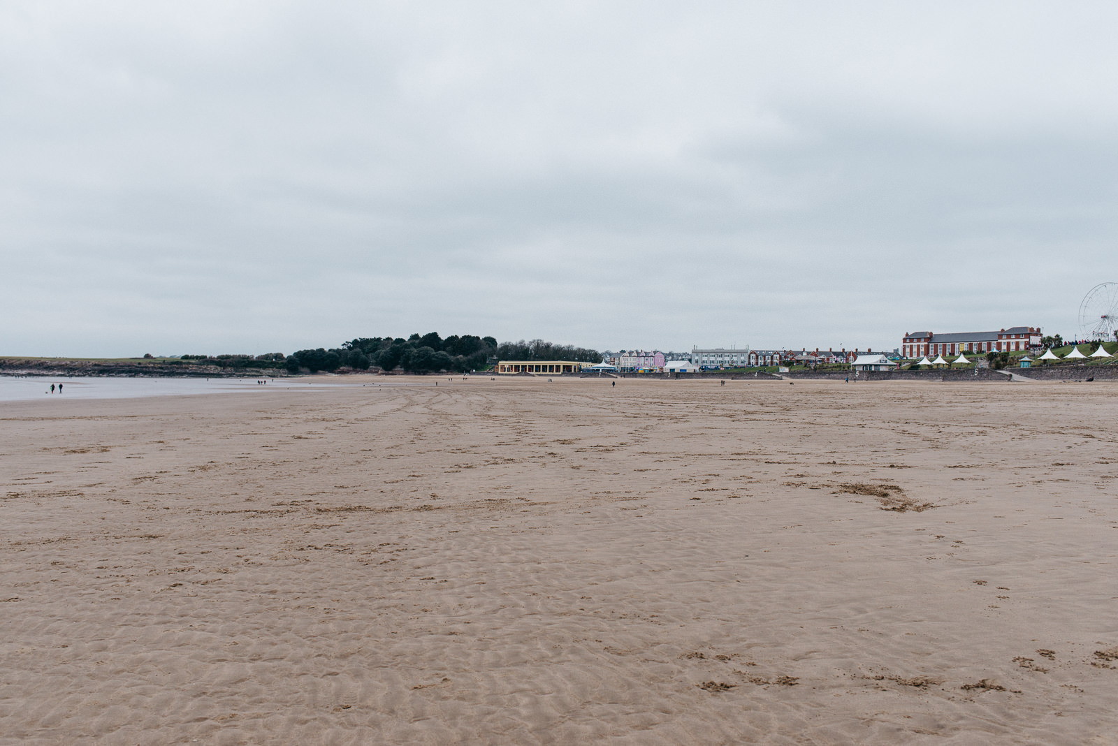 Welsh coast couple shoot at Barry Island // Elaine Williams Photography