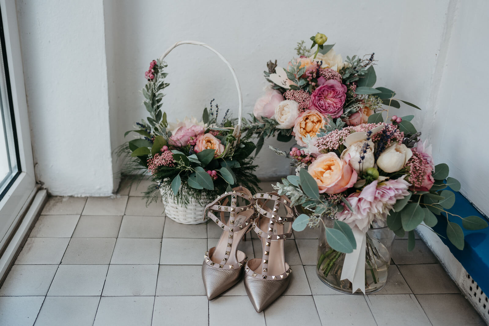 Pink and peach bouquets full of David Austin roses and dahlias, and the brides Valentino Ruckstuds