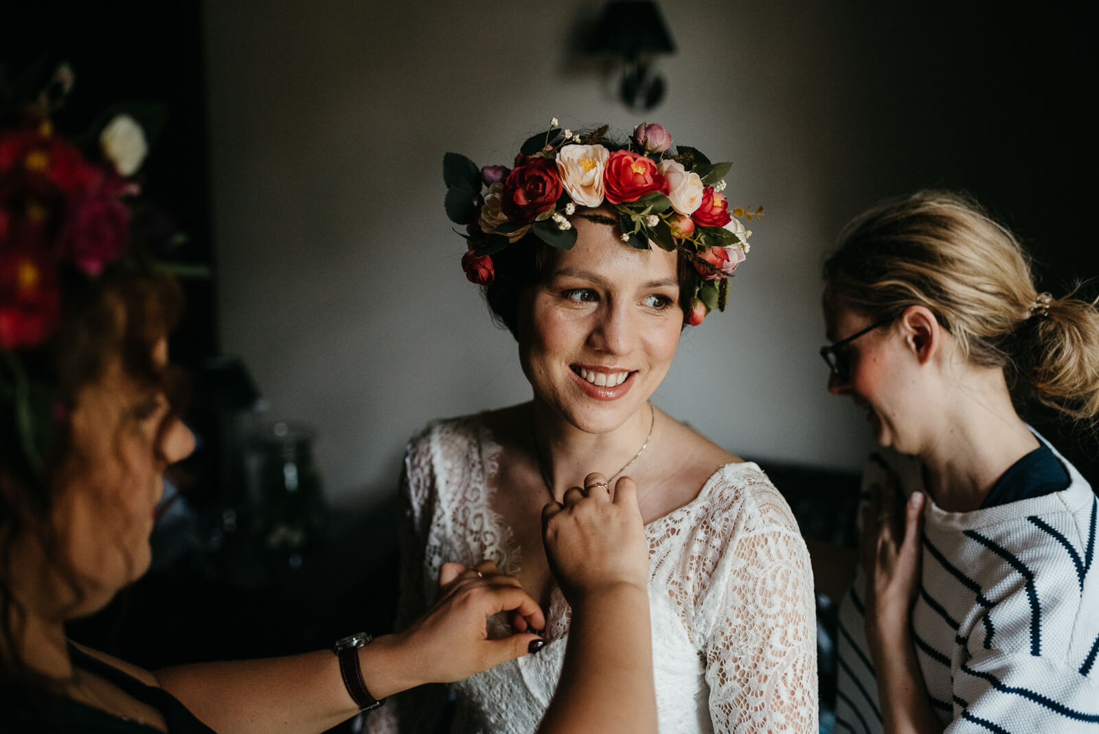 boho bride during her bridal preparations at Hampshire hotel